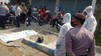 Korban meninggal saat di evakuasi menggunakan Alat Pelindung Diri (APD) lengkap oleh petugas.