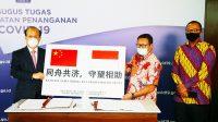 Serah Terima (BAST) Pemberian Bantuan oleh Duta Besar Republik Rakyat Tiongkok (RRT) untuk Indonesia H.E. Xiao (kanan) dan Sekretaris Utama BNPB Harmensyah (kiri) di Media Center Gugus Tugas Percepatan Penanganan Covid-19, Jakarta (5/6) (Humas BNPB/Dume Sinaga).