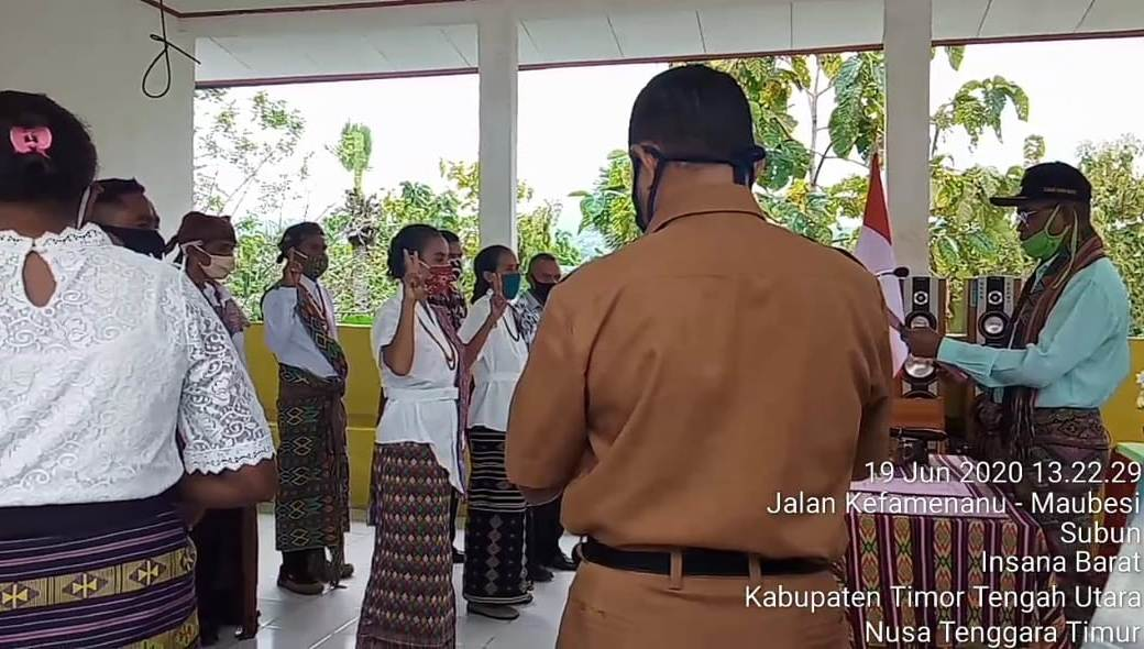 Proses Pembacaan Sumpah Janji Pelantikan Badan Permusyawaratan Desa Subun Bestobe oleh Camat Insana Barat. (wacananews.co.id/AE)